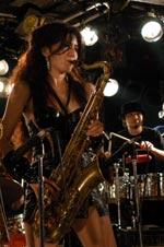共犯音楽祭★Oh girl's SAXXXX♪ギャルズバンドの走りであったTangoEuropeのキーボードプレイヤーとしてアルファレコードからデビュー後、小林克也&ナンバーワンバンド在籍時にTenor Saxに転向。JAGATARA等のバンド活動と並行してサポート活動を始め、女性サポートミュージシャンのフロンティアとしてスタートを切る。
